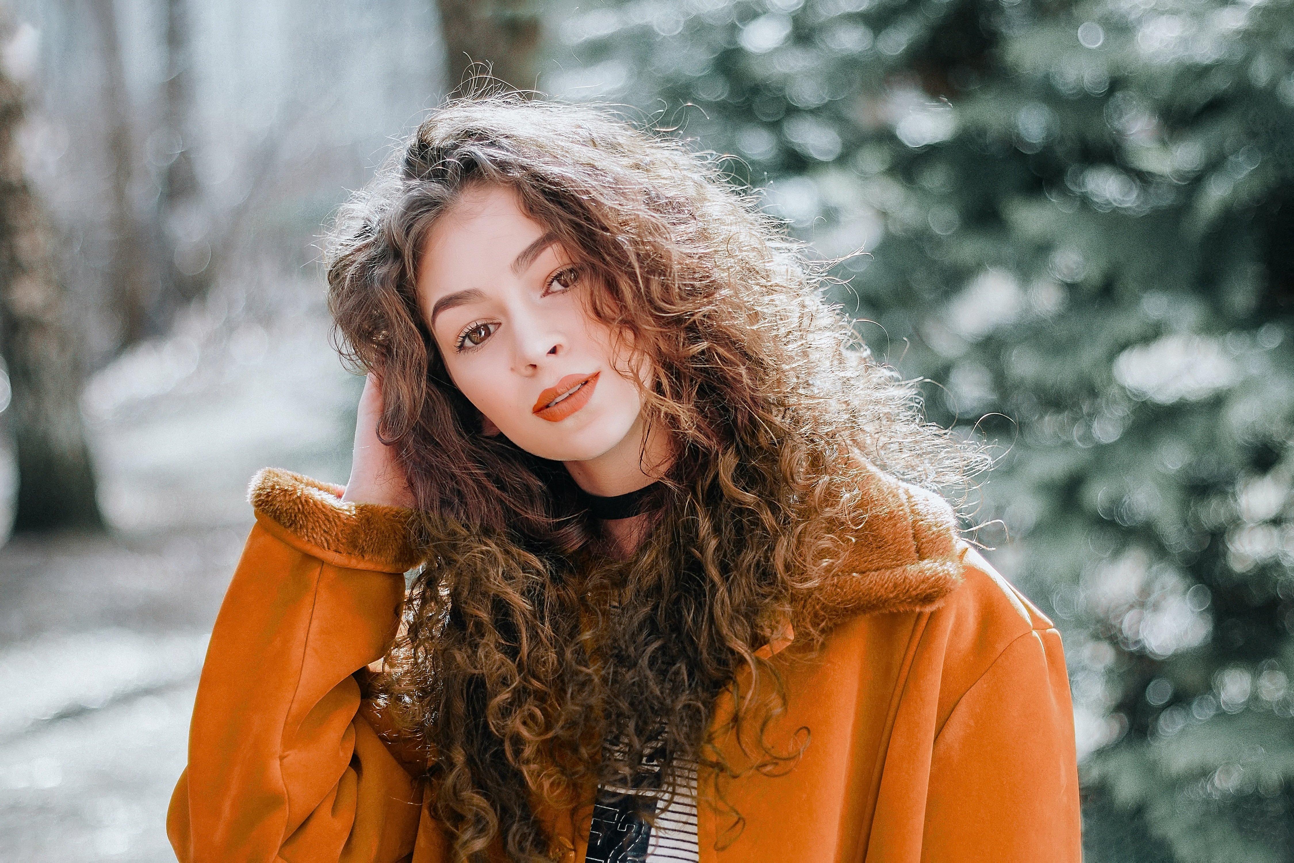Color Palette – woman portrait model brunette –  #8f9591, #2b2a21, #a45619, #5d3117, #dec3b3 – Lost Soul Grey color, Maire color, Sienna color, Baker's Chocolate color, Coral Stone color